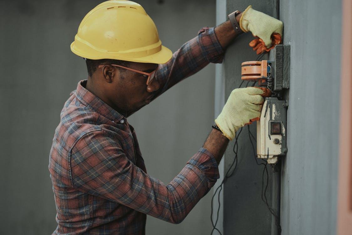 Ansæt en elektriker
